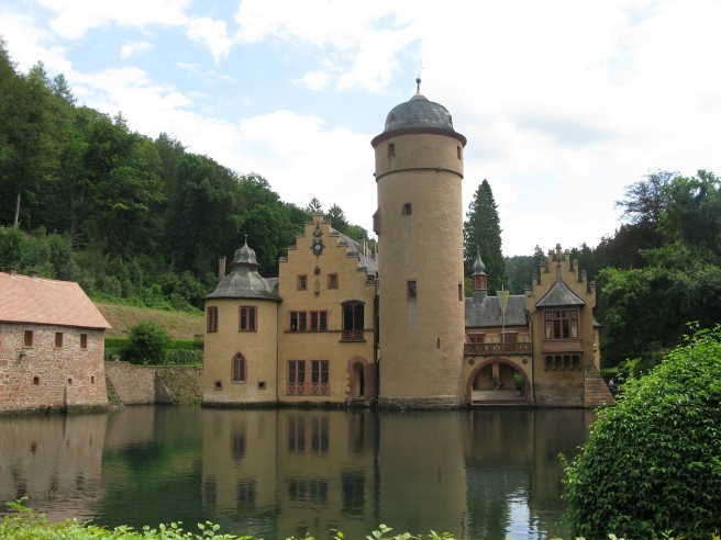 moated-castle-1556936_1920