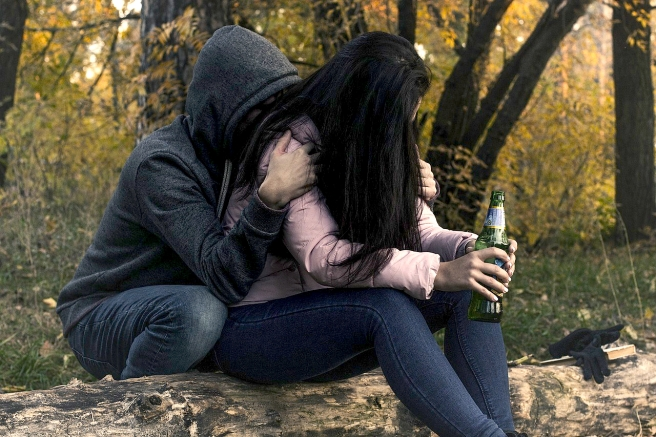 female-alcoholism-2847443_1280